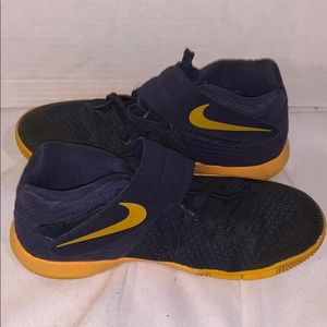 Nike Kyrie Irving basketball sneakers size - 4.5Y